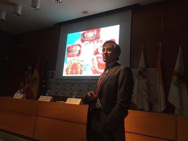 El doctor Carreño impartiendo un curso sobre ortodoncia y cirugía ortognática en la Universidad CEU Cardenal Herrera.